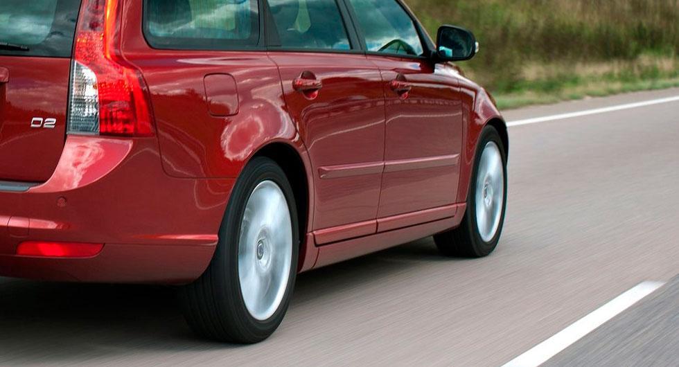 Frågeställaren ärger en Volvo V50 D2 från 2011 och undrar om motorbromsning kan vara skadligt vid höga varvtal.