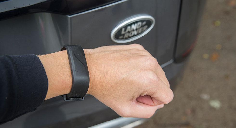Det vattentäta armbandet för 5200 kronor fungerar som nyckel.