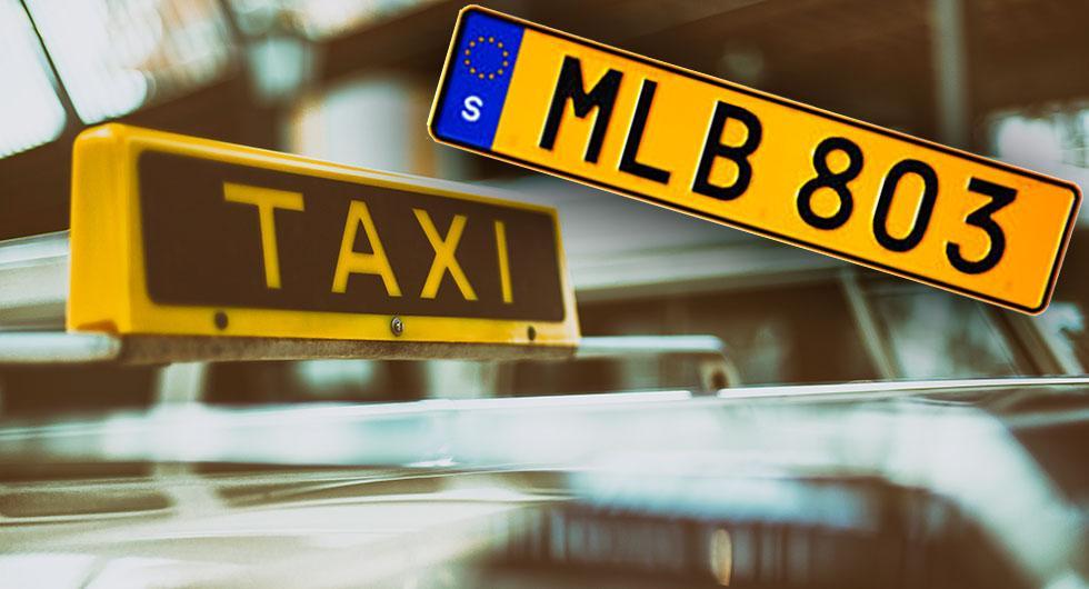 """En taxiskylt på taket är frivillig och ett sätt för taxiföretaget att locka kunder. Man känner igen en """"äkta"""" taxibil på de gula registreringsskyltarna och på de gula prisinformationsdekalerna som ska sitta utvändigt."""