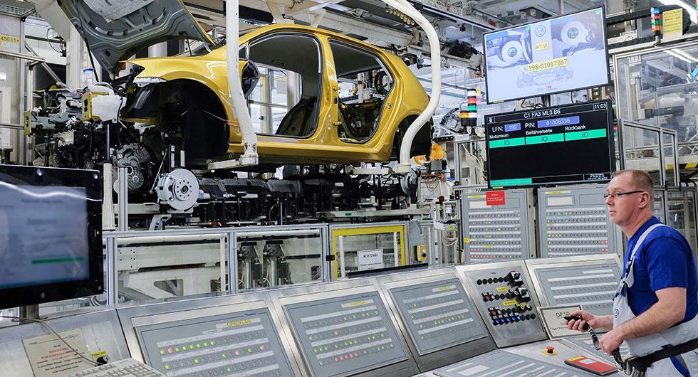 Volkswagen ställer om mot eldrivna bilar i sin tillverkning. På bilden syns en Golf med konventionell förbränningsmotor byggas ihop i fabriken i Wolfsburg.