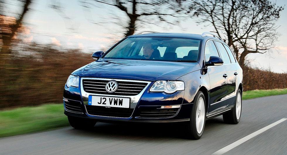 När frågeställaren kopplar in farthållaren växlar Volkswagen Passat från 2010 ner till fyran.