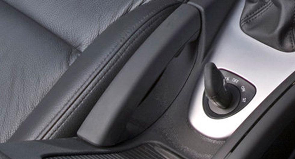 Frågeställaren äger en Saab 9-3 Aero från 2009 och undrar om det finns risk att handbromsen fryser fast vintertid.