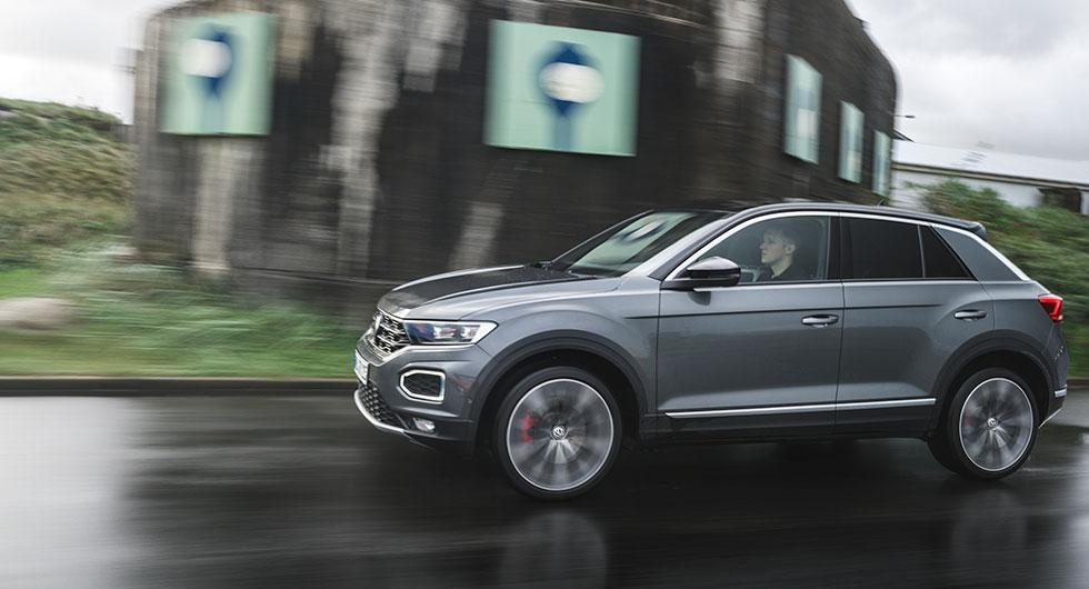 För första gången kan taket på en Volkswagen lackas i avvikande färg (8600 kr). De runda varselljusen fungerar också som blinkers.