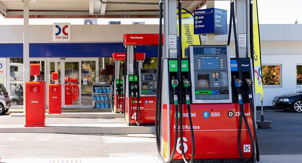 Frågeställaren undrar hur många drivmedelsstationer i Sverige som har system installerade som återför bensinångorna vid tankning.