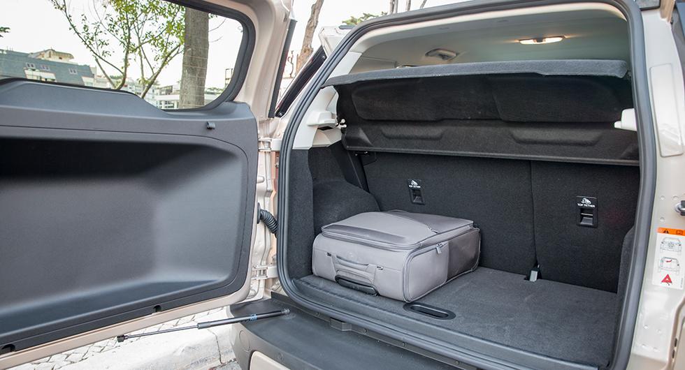 Bakluckan påverkar djupet i lastutrymmet. Det är knappt att en vanlig kabinväska går in på längden.
