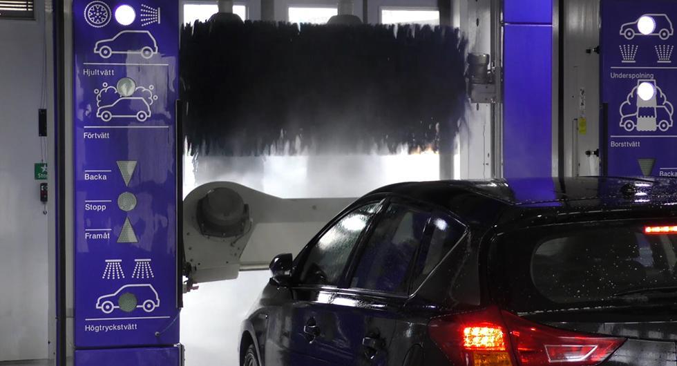 Frågeställaren undrar om det är bra för bilen att tvätta den i en automattvätt.