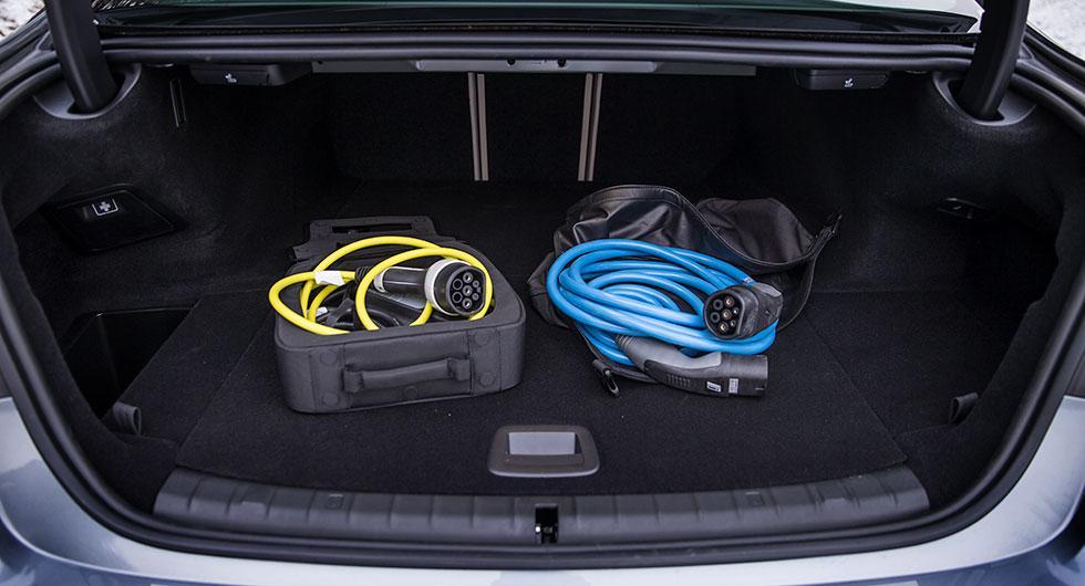 Laddhybridkonverteringen har kostat 130 liter bagageutrymme. Dessutom tar kablarna en del plats.