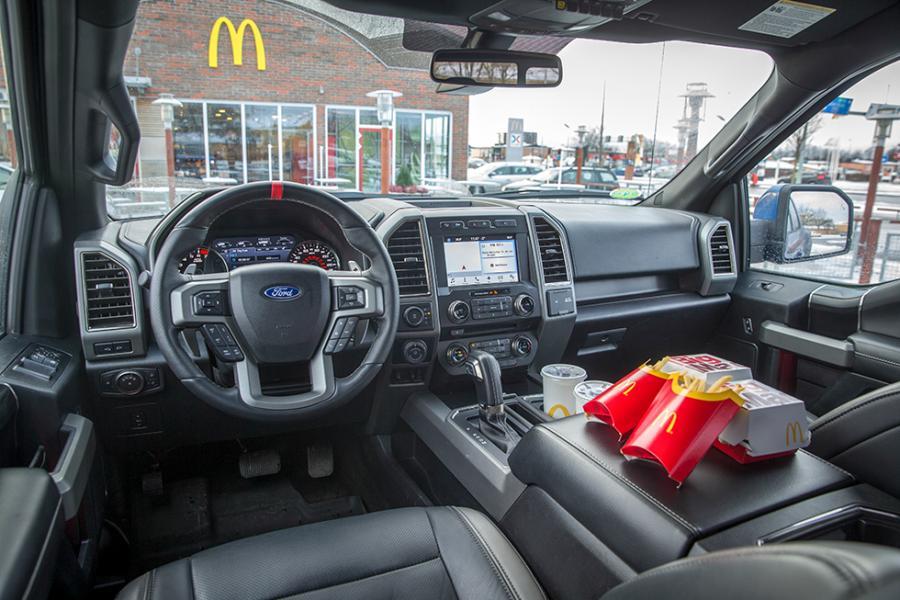 Dörrhandtagen, växelväljaren, speglarna - allt är stort på Ford F-150. Två snabbmatsmenyer på mittarmstödet, inga problem!