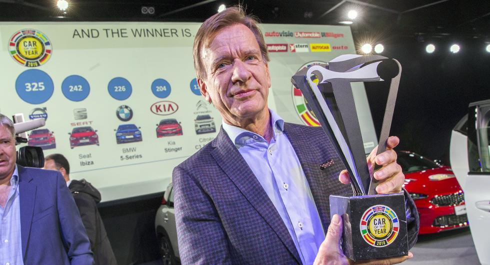 Volvo XC40 vann och högsta chefen Håkan Samuelsson kunde lyfta Årets Bil-pokalen.