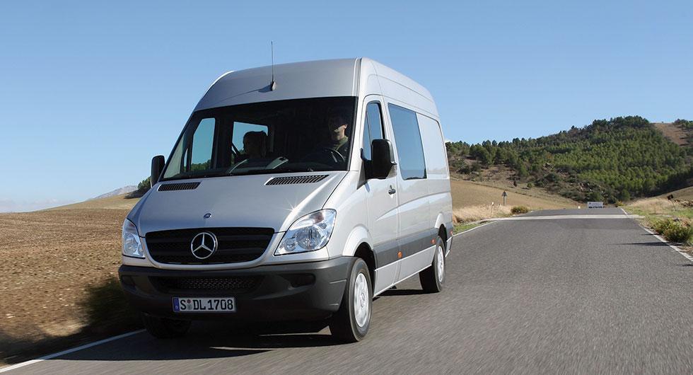 Frågeställaren har en Mercedes Sprinter och upplever att automatlådan byter till högre växel för fort.