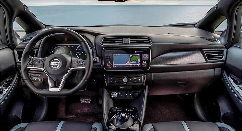 Nissan har valt att behålla fysiska knappar istället för att gömma funktionerna i pekskärmens menyer.