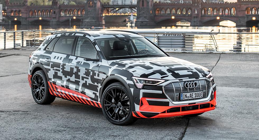 Fortfarande maskerad. I augusti presenteras Audi E-tron utan kamouflage och i början av 2019 ska de första bilarna levereras.