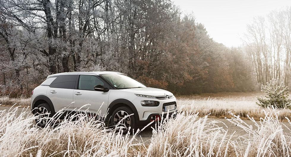 Hjulhus och skärmkanter ger viss likhet med crossovers. Men från Citroën uppges att man vill förstärka identiteten bland kompakta kombisedaner. Komfort står åter högst på listan.