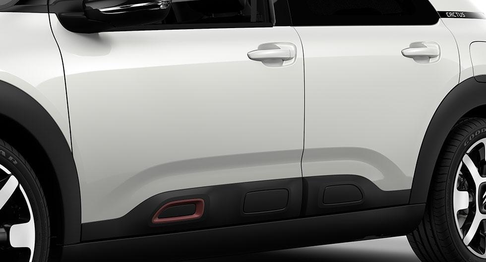 """De tidigare så markant placerade """"airbumpsen"""" har nu halkat ner till dörrarnas nederkant. Nya C4 Cactus är kanske snyggare men är utan dörrskydd."""