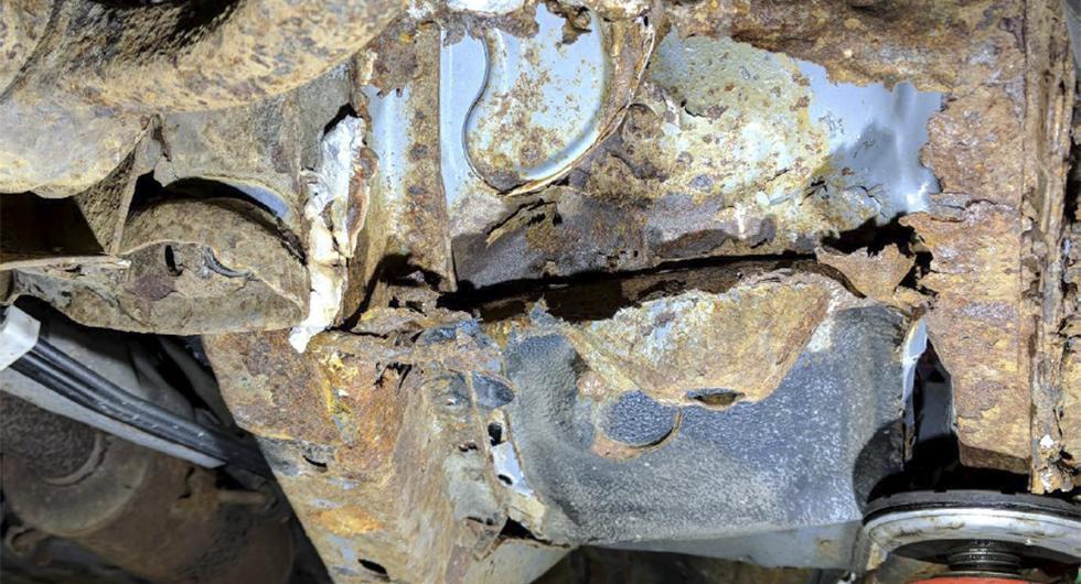 Den Mazda 6 som kördes i frontalkrockprovet hade kraftiga angrepp undertill. Tvärbalken bakom vänster framhjul var nästan helt bortrostad.