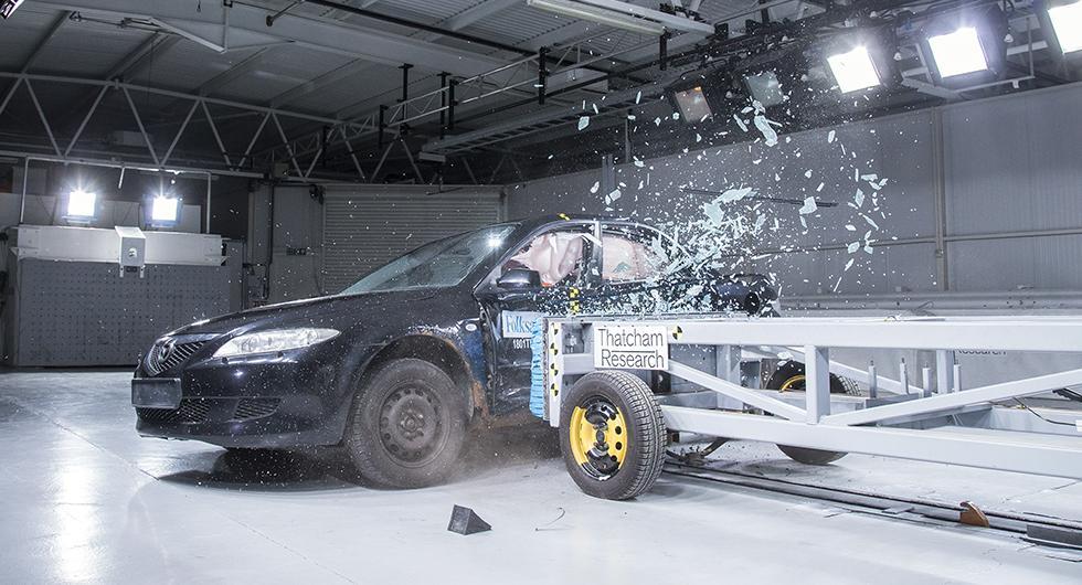 Den rostiga Mazda 6:an fick betydligt större inträngning i kupén jämfört med det ursprungliga testet från 2003 med en ny bil.