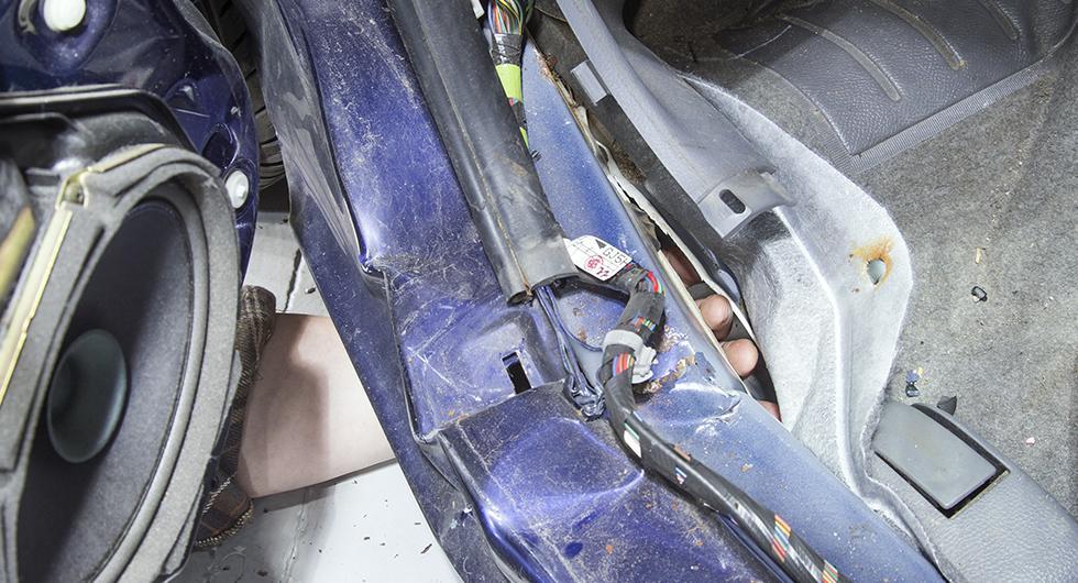 Att golvet lossnat från tröskeln, så pass att flera fingrar går in i glipan, är ytterligare ett symptom på att rosten orsakat okontrollerad deformation av kupén.