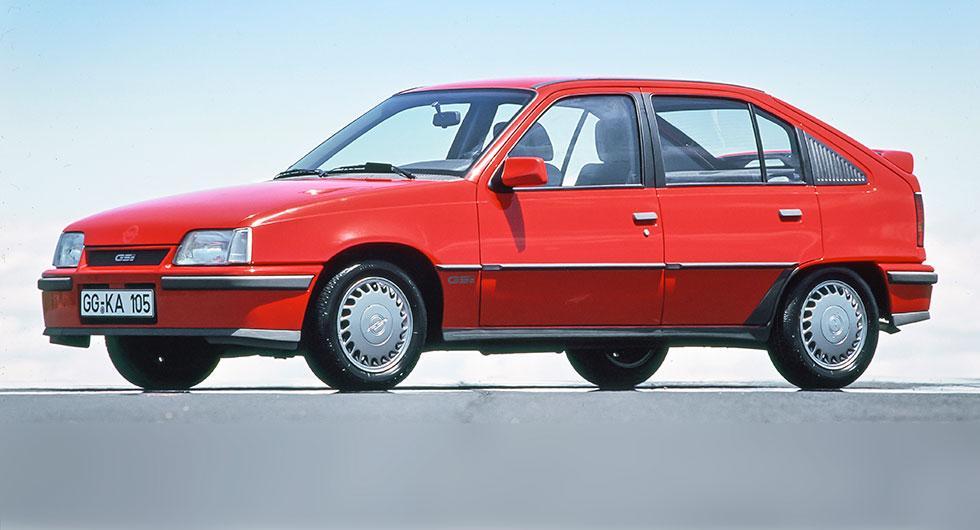 Bokstavskombinationen dök upp för första gången 1984. Kadett GSi var första bilen i klassen, med sina 115 hk, att toppa över 200 knutar (203 km/tim).