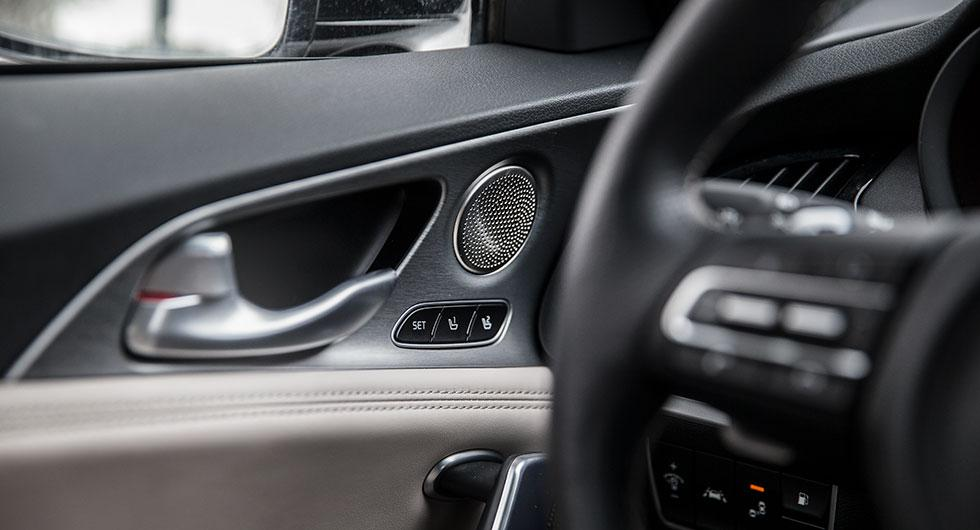 Kia har inspireras av en rad premiummärken i desigen. Högtalarna i dörrarna påminner om Mercedes.