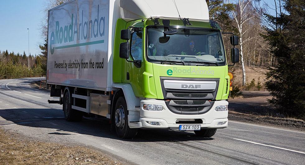 Skena i vägen laddar lastbil