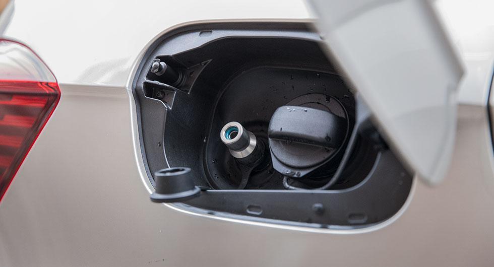 Gas fylls i nippeln till vänster och bensin till höger.