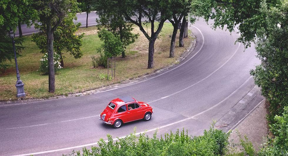Frågeställaren ska bila i Italien i sommar och undrar vad man bör tänka på när man hyr bil utomlands.