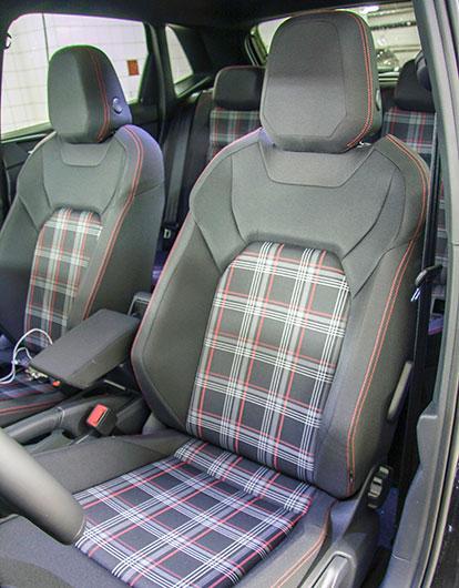 Sköna stolar med GTI-typisk rutig tygklädsel.