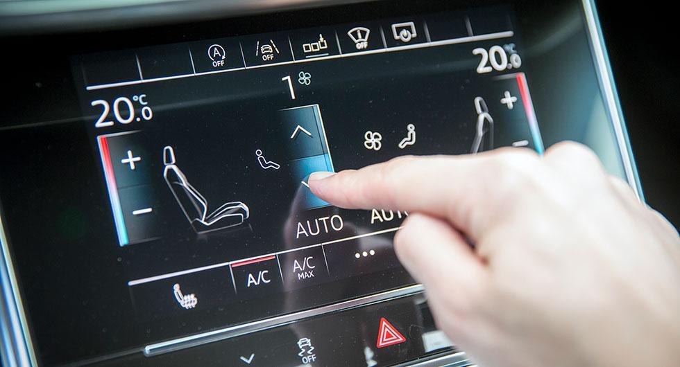 Skärmarna vibrerar lätt när man fingrar på glasytan, ett sätt att simulera känslan av att trycka på en riktig knapp.