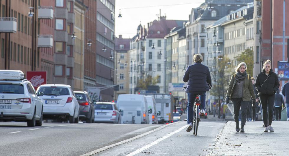 Från och med den 1 augusti blir det tillåtet att cykla ute bland bilarna – trots att det finns cykelbana.