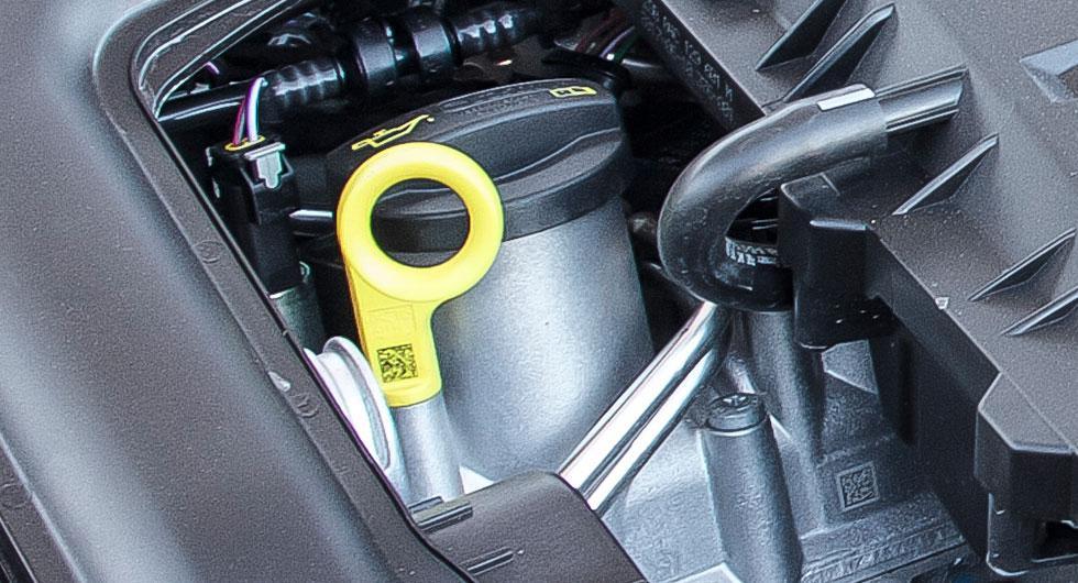 Frågeställaren har gulbrun gegga under locket för påfyllning av motorolja och undrar vad orsaken kan vara.