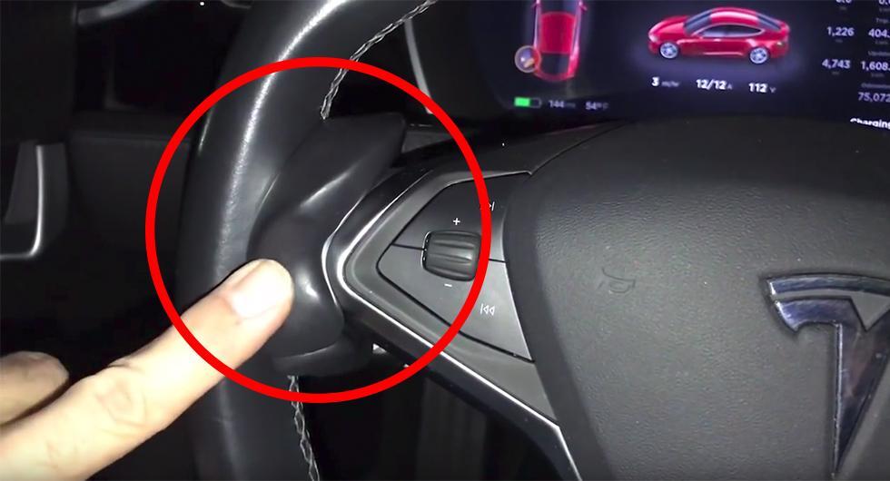 """""""Autopilot buddy"""" fästs på ratten – vips tror autopiloten att föraren alltid håller i ratten."""