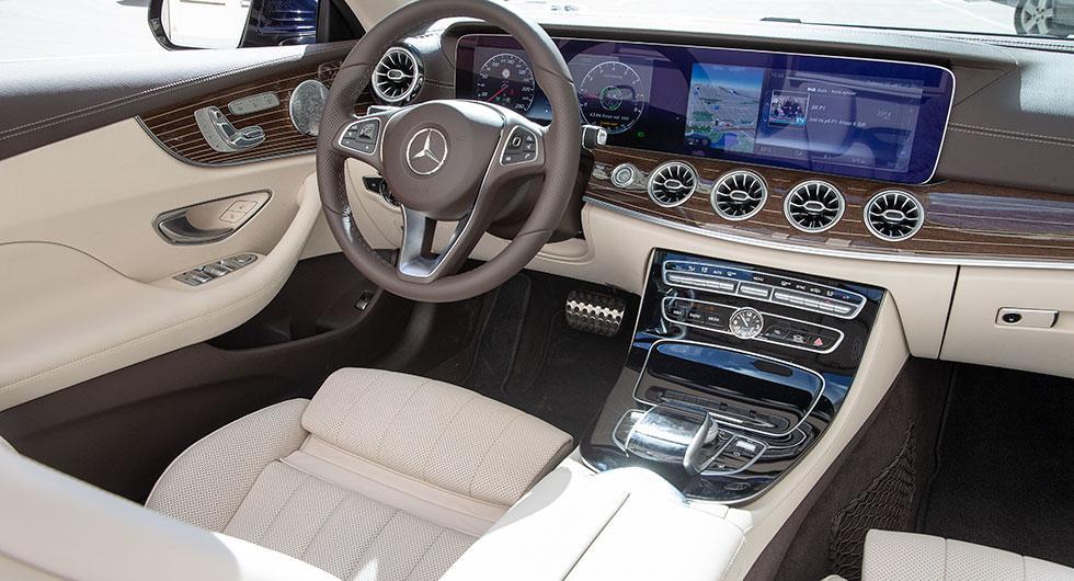 Fjärran forna lågmälda Mercedes. Inredningen i provbilen delar åskådarna i två läger.