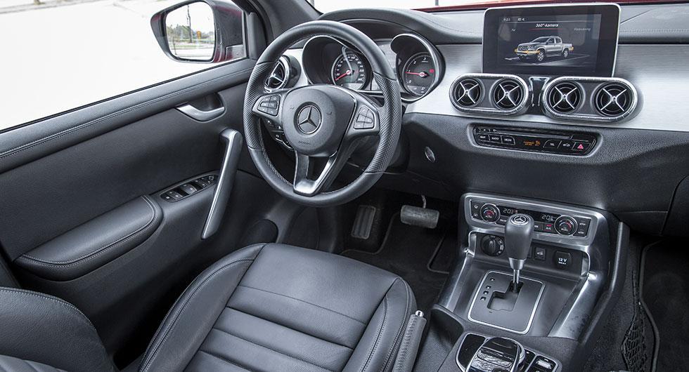 Lyxigt för en pickis men inte riktigt lika påkostat som i Mercedes större personbilar. Enkla in-strument och reglage.
