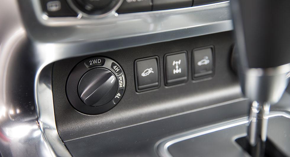 Med vredet framför växelspaken väljer man bakhjulsdrift eller fyrhjulsdrift med hög- eller låg-växel.