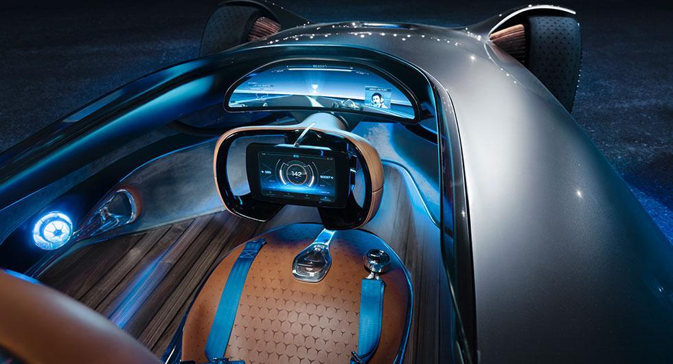 Mercedes silverpil siktar framåt