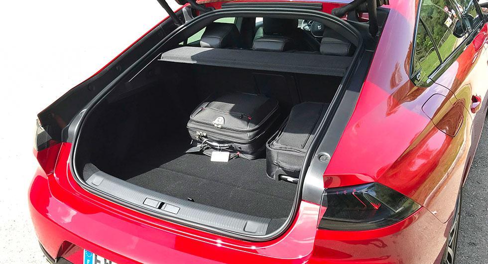 Under halvkombiluckan döljer sig ett relativt rymligt bagageutrymme. Lasttröskeln är hög och stötfångarens ovansida är lättrepad.