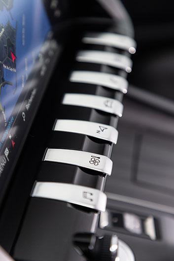 De blanka pianotangenterna underlättar hanteringen av pekskärmen men att se vilken knapp som har vilken funktion ställer krav på synen.