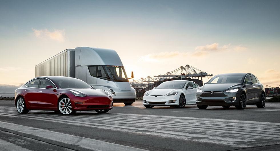 Familjefoto på alla Teslamedlemmar. Budgetbilen Model 3, lastbilen Semi, sedanen Model S och sugen Model X radar upp sig.