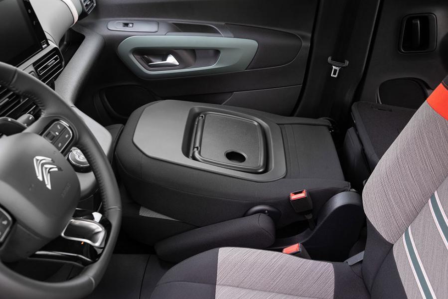 Bilen är full av praktiska finesser för att underlätta transporter. Till exempel kan passagerarsto-len fällas fram för att maximera lastlängden.