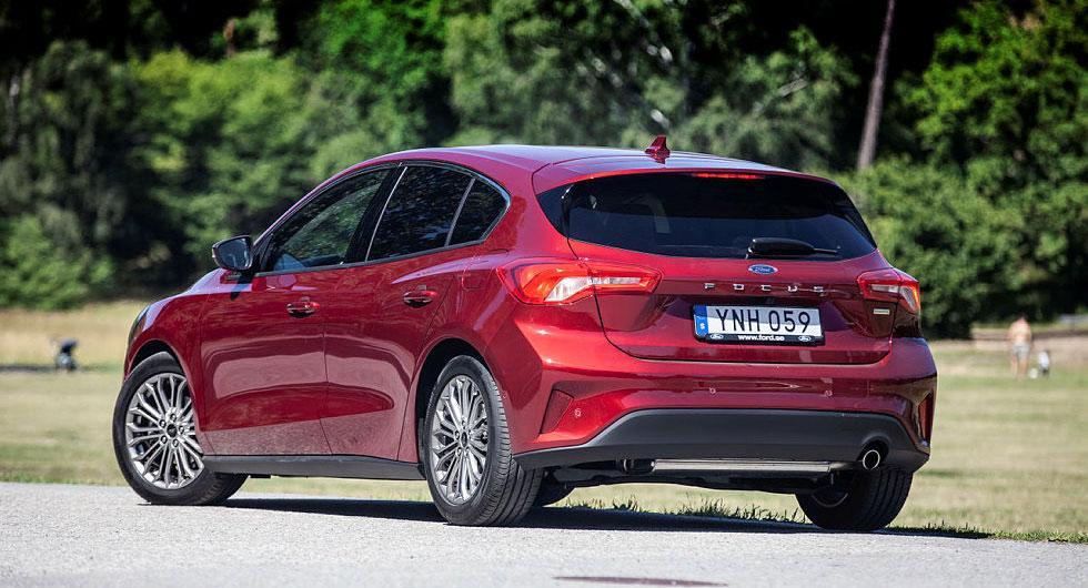Snett bakifrån påminner karosslinjerna starkt om Mazda 3.