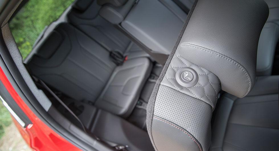 Ett knapptryck viker undan stolen och gör insteget till tredje raden hyggligt smidigt.