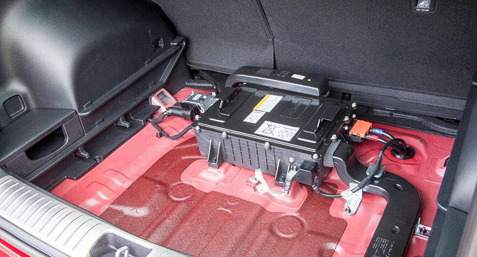 Under lastgolvet och en frigolitkåpa hittar man 48V-batteriet. Systemet väger totalt 32 kg.