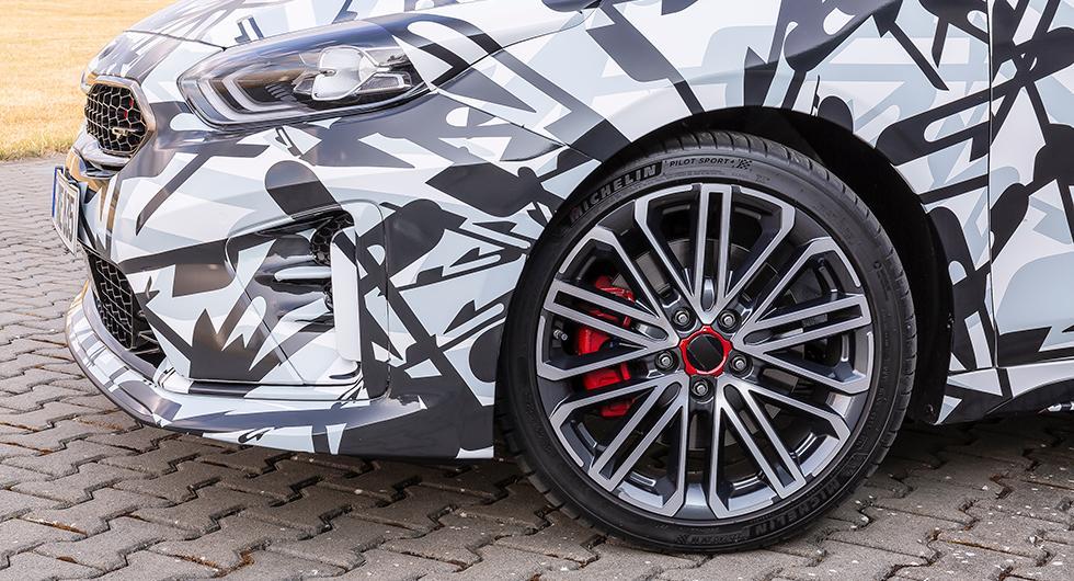 Snygga 18-tums hjul och rödlackade bromsok är standard på GT-versionen men åkkomforten blir lidande av de tunna däcken i 40-profil.