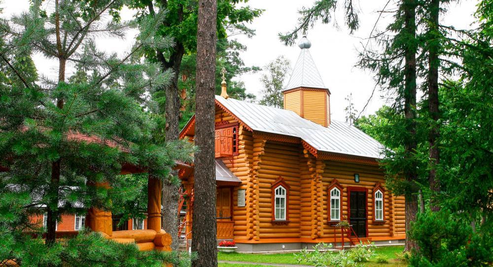 I sydöstra Estland står denna fint renoverade lilla kyrka helt omgiven av skog.