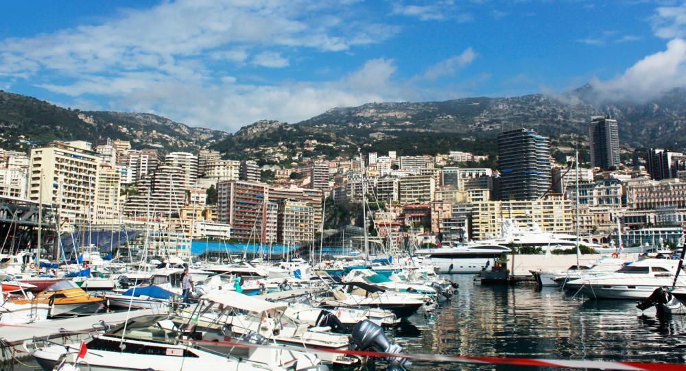 I stadsdelen Condamine ovanför Port Hercule i Monaco står höghusen tätt.