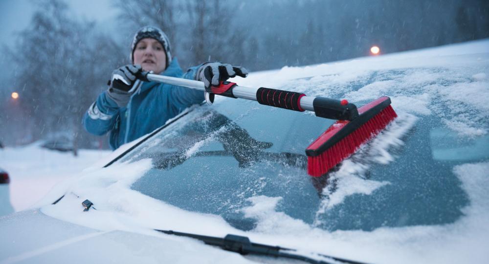 Slut på räckviddsångesten. Med en rejält tilltagen borste/skrapa är det ingen match att få bilen snö- och isfri.