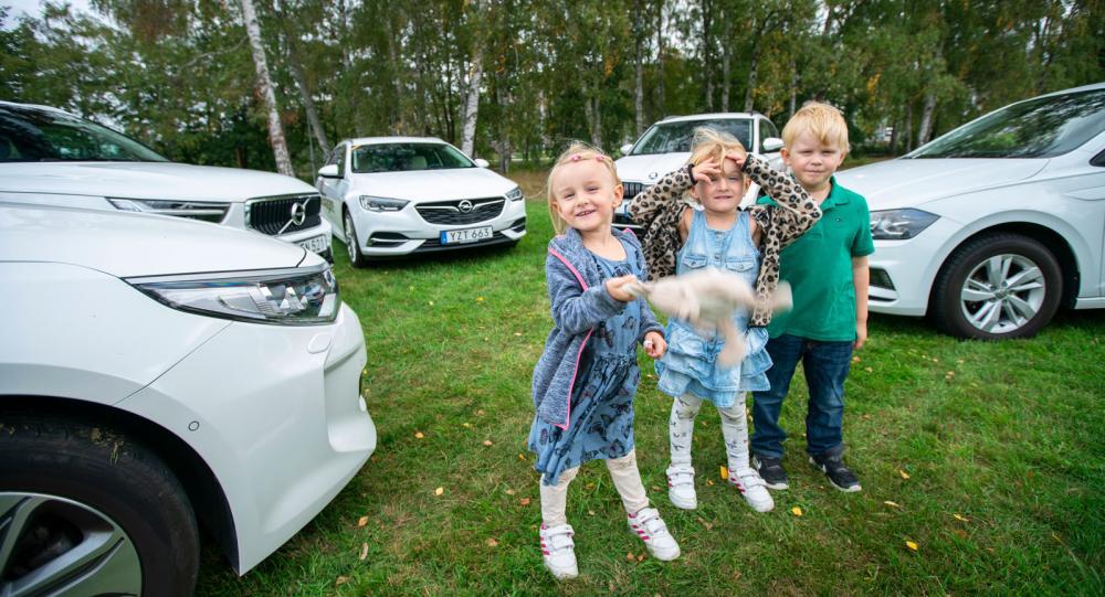 Testlagets juniorsektion sammanträder. Vera, Elsa och Herman (alla 4 år) färdas till vardags i långtestbilarna. Så också Edgar (1 år), på rymmen utanför bild.