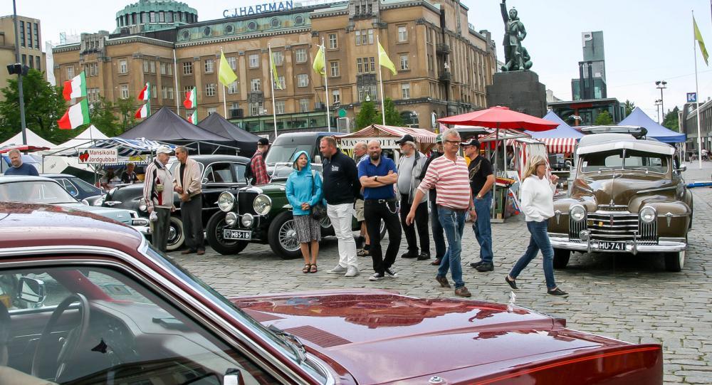 Italiensk piazza? Nej, men väl salutorget i Vasa varifrån veteranbilsturerna utgår sommartid.
