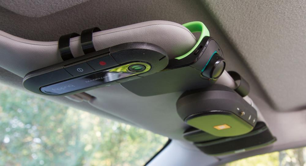 En lös handsfree-enhet plockar man lätt med sig mellan bilar – eller exempelvis båten.