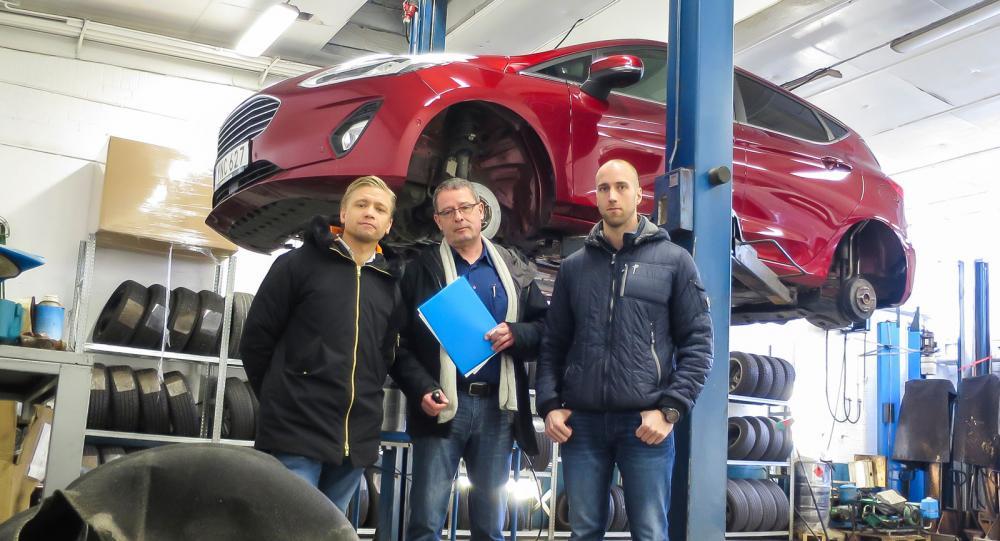 En kritiskt granskande delegation från Ford, Jörg Sassmannshausen omgiven av svenska Fords informationschef Erik Lindham och serviceingenjören Niklas Johansson.